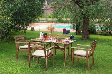 Tuin met prive-zwembad en schommel