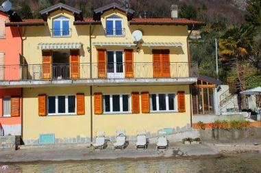 Het huis gezen vanaf het meer