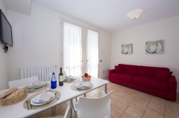 Appartement Ortensia 3 | Woonkamer met eethoek en bank