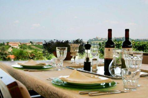 pRestaurant met terras met uitzicht over de heuvels