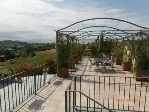 Groot prive-terras met uitzicht over de wijngaarden