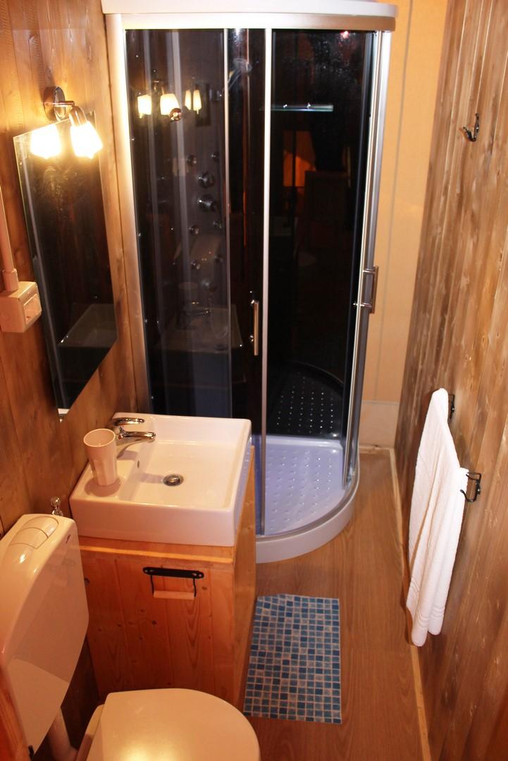 De tent heeft zelfs een badkamer met douche