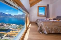 Slaapkamer met 2-persoonsbed en uitzicht op het Comomeer