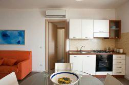 Woonkamer met keuken en slaapbank