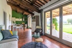 De woonkamer met toegang tot het terras en de tuin