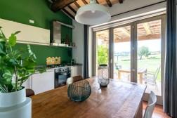 Volledig uitgeruste keuken en toegang tot het terras