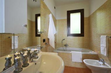 Badkamer met bad en douchekop