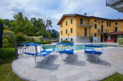 Vanaf het prive-terras spring je zo het zwembad in!