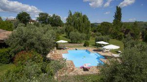 Het zwembad in het borgo-deel van de agriturismo