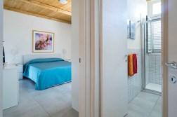 Slaapkamer met 2-persoonsbed en badkamer 2 met douche