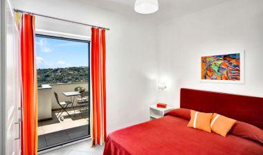 Appartement Figaro   Slaapkamer met 2-persoonsbed en balkon