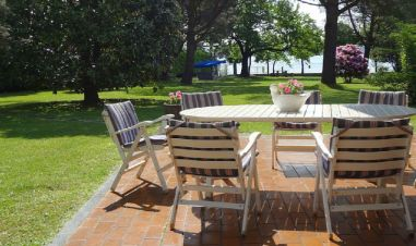 Groot terras bij de villa met uitzicht op de prive-tuin en het Lago Maggiore