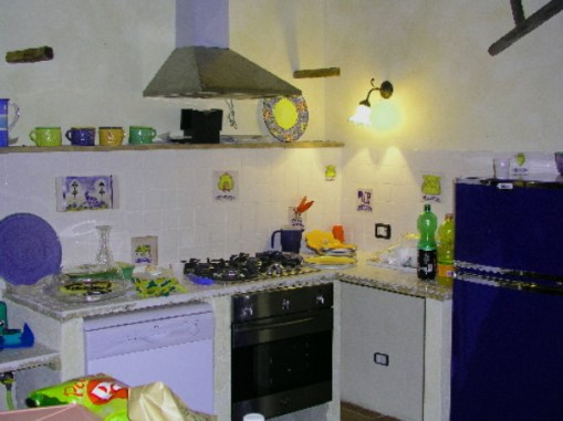 Eenvoudige maar volledig uitgeruste keuken