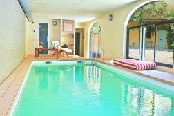 Zwembad overdekt met openslaande deuren die 's zomers open kunnen (prive)