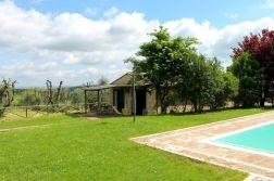 Het vakantiehuisje ligt op slechts enkele meter van het zwembad