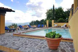 Het zwembad met zonneterras