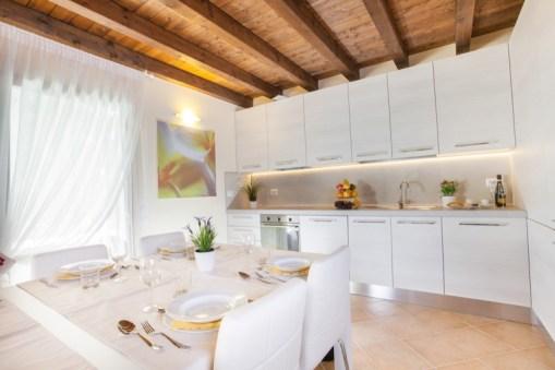 Lange tafel voor 12 personen en volledig uitgeruste open keuken