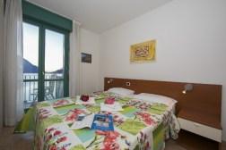 Appartement T13   Slaapkamer 1 met 2-persoonsbed en balkon