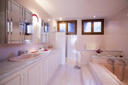 Badkamer 1 met bad en douche