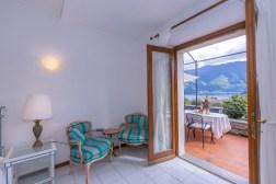 Openslaande deuren naar het terras met uitzicht op het Comomeer