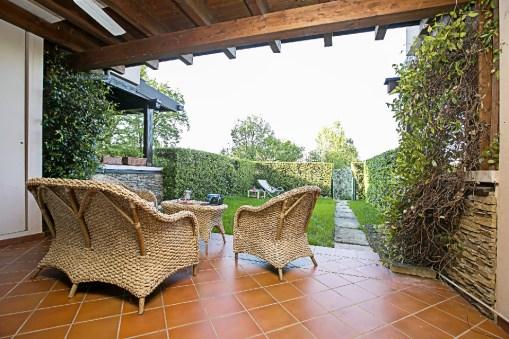 Het prive-terras en prive-tuin aan de voorkant van het huis