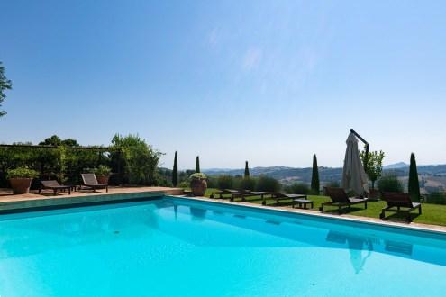 Prive-zwembad met uitzicht over de heuvels