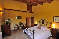 Slaapkamer met 2-persoonsbed en mezzanine