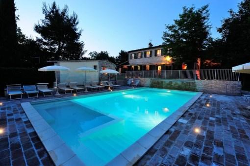 Het prive-zwembad 's avonds met verlichting