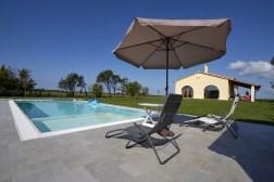 Prive-zwembad met parasol en ligstoelen