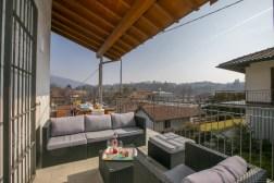 Lounge set op het terras naast de woonkamer op de eerste verdieping