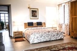 Slaapkamer 1 met 2-persoonsbed en open haard