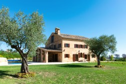 De villa met grote tuin en het prive-zwembad aan de zijkant