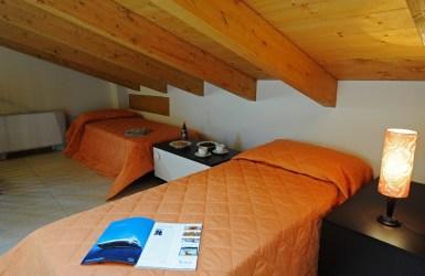 Slaapkamer met twee 1-persoonsbedden op de bovenverdieping