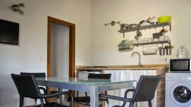 De volledig uitgeruste keuken met ontbijttafel
