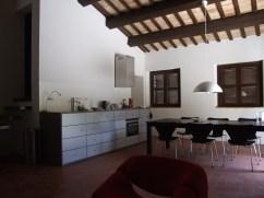 Woonkamer met volledig uitgeruste open keuken