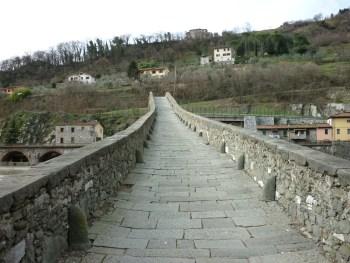 italiainpiega-pieghe meravigliose-itinerari-moto-centro-italia-garfagnana-ponte delle maddalena 3