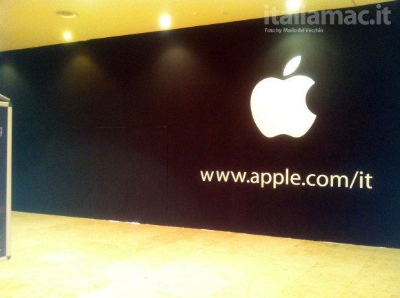 appstorecaserta22 580x433 Lavori allApple Store di Caserta, spunta la mela