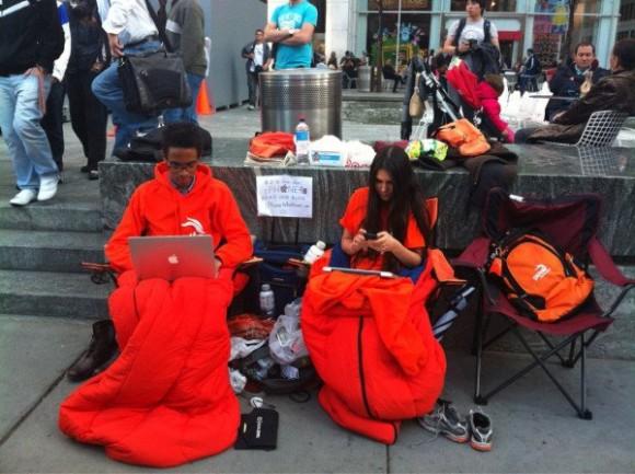 Fila iPhone 4s 580x433 Due ragazzi Americani in fila da 15 giorni per liPhone 4S