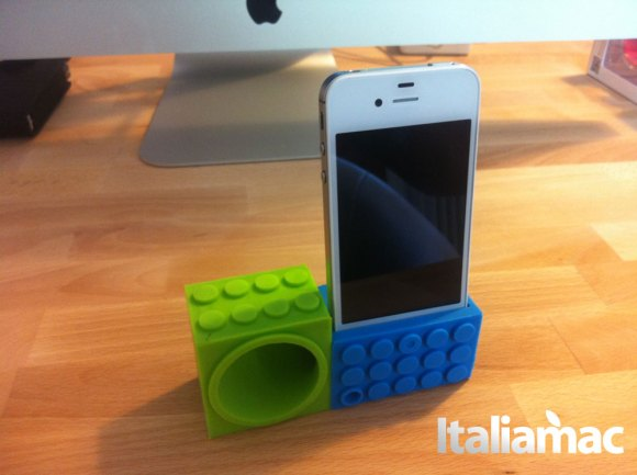 ozaki01 580x433 Ozaki, il dock amplificatore di gomma per iPhone 4 e 4S