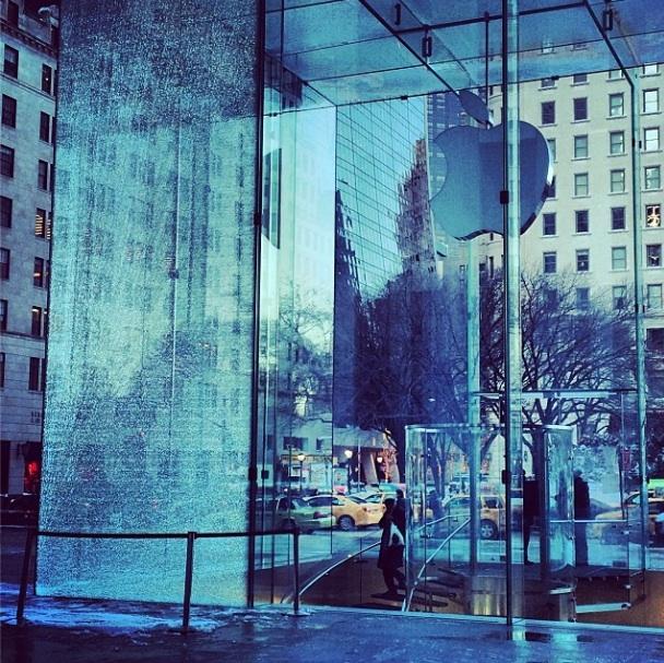 applestore crash newyork Il cubo di cristallo dellApple Store di New York colpito e danneggiato da uno spazzaneve (Galleria)