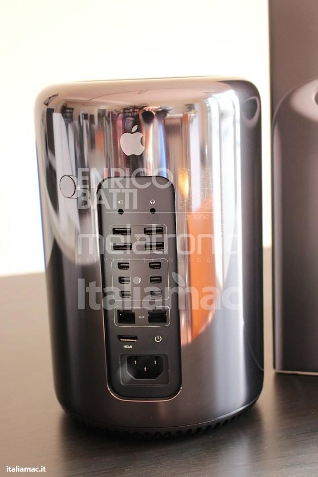 Apple MacPro Black Italiamac 017 620x930 Abbiamo provato il nuovo Mac Pro, il gioiello nero di Apple. Impressioni e galleria fotografica.