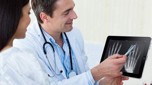medici e ipad Apple: Tim Cook elogia liPad durante una conferenza