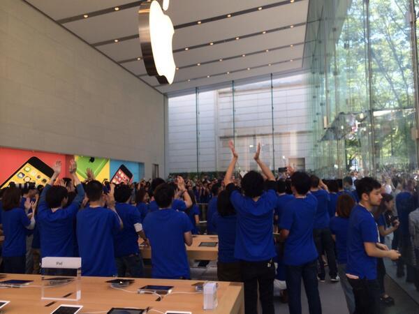 applegiappone Anche Angela Ahrendts e altri dirigenti si sono presentati all'apertura dellApple Store di Omotesando in Giappone