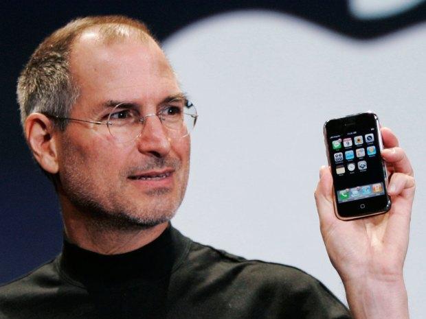 jobs iphone1 620x465 Apple: i finti analisti, le solite previsioni catastrofiche, il passato ed il futuro. La visione di Antonio Capaldo