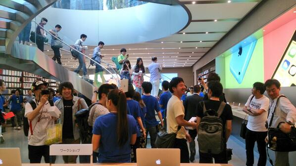 omotesando1 Anche Angela Ahrendts e altri dirigenti si sono presentati all'apertura dellApple Store di Omotesando in Giappone