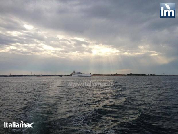 yatch venus steve jobs brindisi 01 620x465 Le foto esclusive di Italiamac dello Yatch Venus di Steve Jobs (ora di Laurene) ormeggiato nel porto di Brindisi nellAdriatico