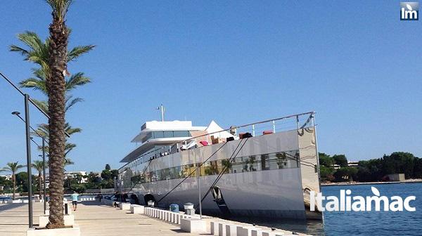 yatch venus steve jobs brindisi 19 Le foto esclusive di Italiamac dello Yatch Venus di Steve Jobs (ora di Laurene) ormeggiato nel porto di Brindisi nellAdriatico