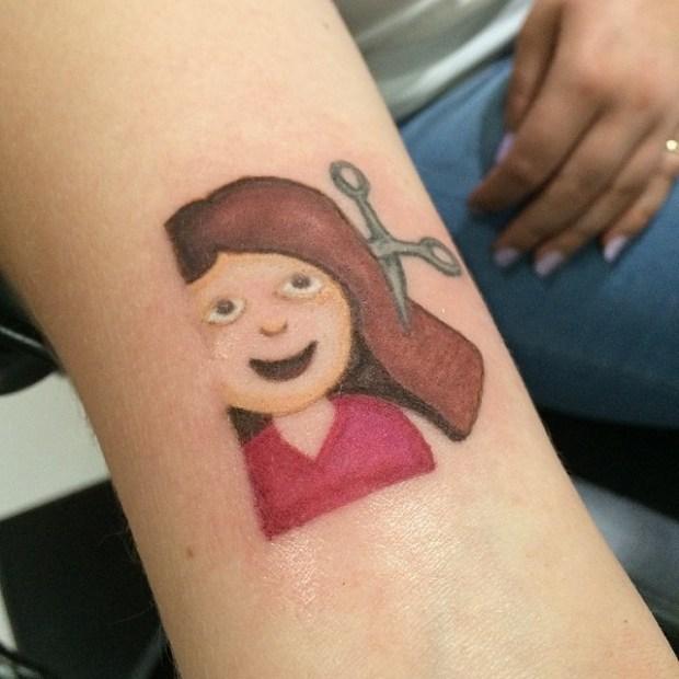 Tattoo Emoji Girl with scissors 620x620 Ecco 15 tatuaggi di Emoji che vi lasceranno senza parole