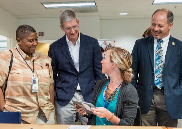 Tim Cook Palo Alto VA Hospital Il CEO di Apple Tim Cook visita l'ospedale Veterans Affairs a Palo Alto, in California