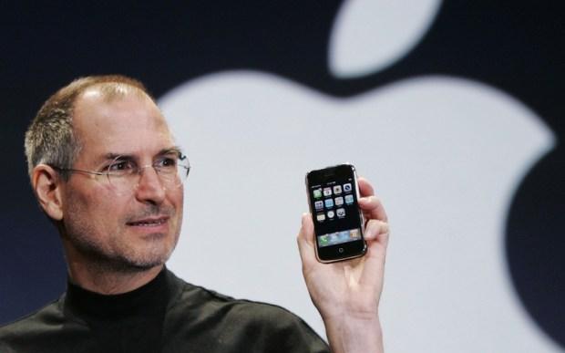 Steve_Paul_Jobs_and_his_Apple_iphone_1280x800